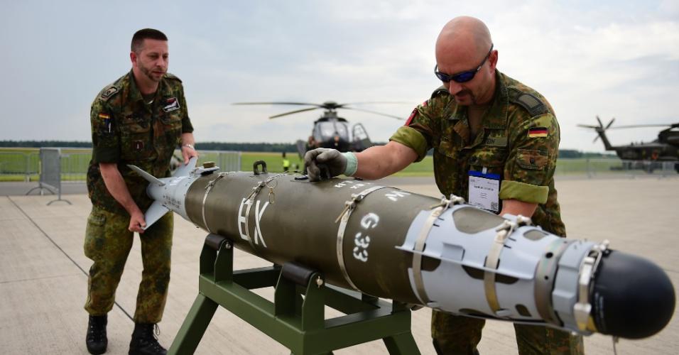 30.mai.2016 - Membros das forças armadas da Alemanha carregam um armamento GBU 54, que será exibido no International Aerospace Exhibition (ILA), em Schoenefeld, próximo à capital alemã