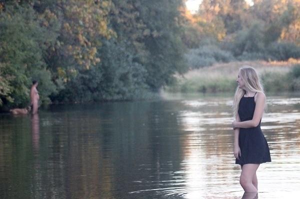 30.ago.2016 - A estudante Jillian Henry, de 17 anos, fazia uma sessão de fotos em um rio de Oregon (EUA), quando um penetra acabou atrapalhando o ensaio. A visita inusitada era de um homem nu, passeando com seu cachorro. Os intrusos acabaram saindo nas fotos da jovem que, segundo o site Oregon Live, estava registrando as imagens para lembrar do fim do ensino médio e o início de uma nova fase