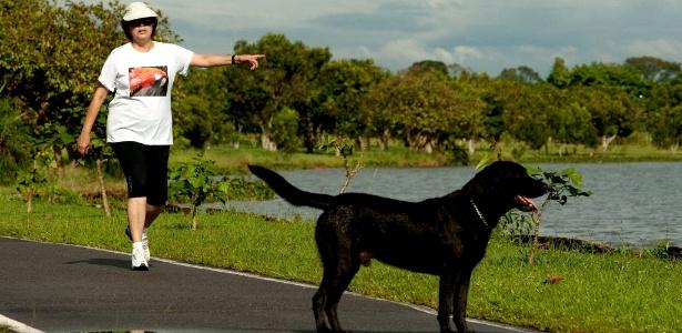 A ex-presidente Dilma Rousseff caminha na península dos Ministros, área nobre de Brasília, com o cachorro Nego