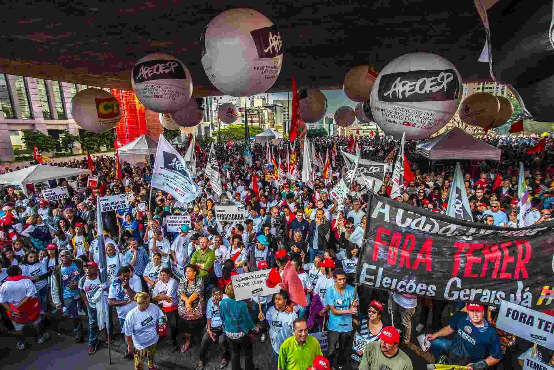 """Professores e funcionários da rede estadual de educação participam de assembleia do Sindicato dos Professores do Ensino Oficial do Estado de São Paulo (Apeoesp) no vão livre do Masp, na Avenida Paulista, em São Paulo, nesta quinta-feira (22). A categoria pede a valorização da profissão, melhores condições de trabalho e a saída de Michel Temer (PMDB) e Geraldo Alckmin (PSDB). O ato também faz parte da mobilização convocada por centrais sindicais """"Trabalhadores Unidos em Defesa dos Direitos Sociais e Trabalhistas"""". - CRIS FAGA/FOX PRESS PHOTO/ESTADÃO CONTEÚDO"""