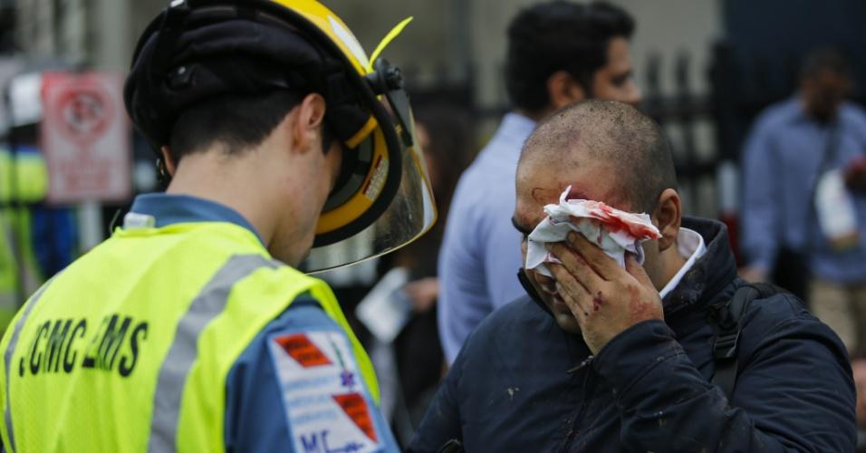 29.set.2016 - Homem ferido recebe ajuda após acidente de trem na estação Hoboken, Nova Jersey