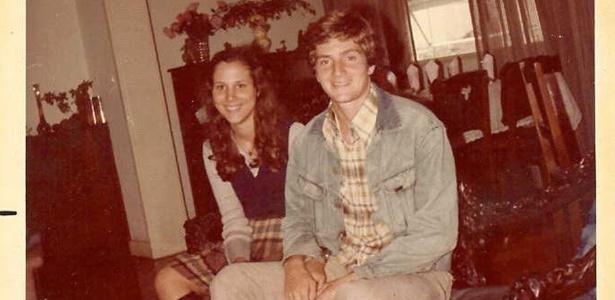 Crivella posa para foto em 1976 com a namorada, Sylvia Jane, com quem casou em 1980