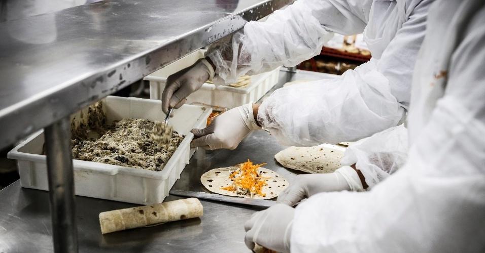 Os alimentos são preparados com antecedência máxima entre seis e oito horas antes da decolagem do voo