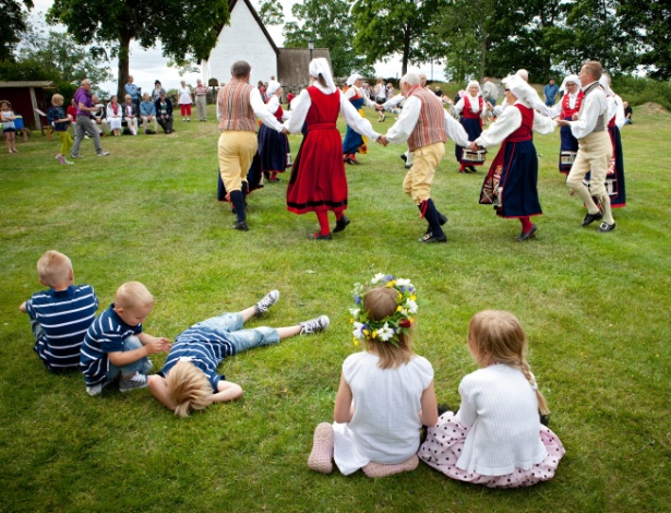 Crianças observam danças das celebrações do verão em Jat, na Suécia