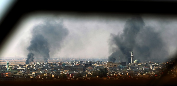 Bombardeios no bairro de Al-Amil, em Mossul, no Iraque, durante confrontos entre tropas iraquianas e jihadistas do Estado Islâmico