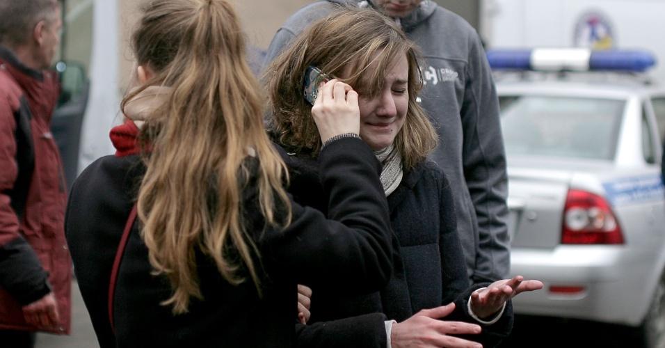 3.abr.2017 - Pessoas se reúnem nos arredores da estação de metrô Tekhnologichesky Institut, em São Petersburgo, na Rússia. Uma explosão deixou mortos e feridos na manhã desta segunda. O País não descarta ter sofrido um ataque terrorista