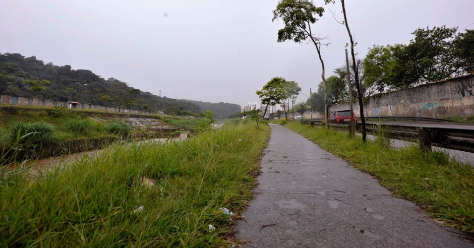 26.abr.2017 - Faixa de pedestres e bicicletas mal cuidada na avenida Aricanduva, no sentido de São Mateus, na altura do número 11.800, na zona leste de São Paulo