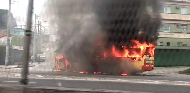 Ônibus é queimado durante ação orquestrada por traficantes de drogas que atuam na região de Cordovil, na zona norte do Rio