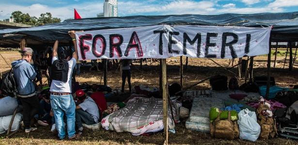 Integrantes do MST acampam em terreno ao lado da rodoviária de Curitiba (PR) para aguardar o depoimento do ex-presidente Luiz Inácio Lula da Silva