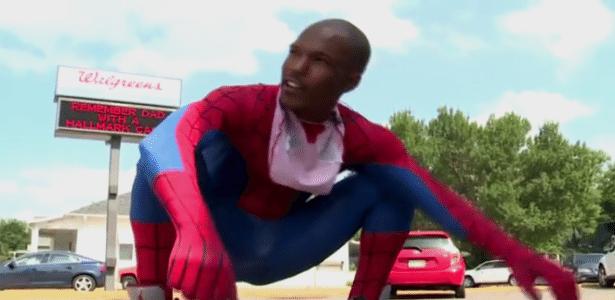 Raymond Evans concede entrevista vestido como Homem-Aranha