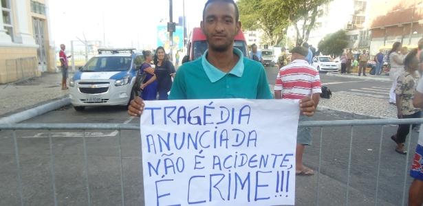 O mecânico Vinícius Santos procura o irmão entre vítimas do naufrágio  - Alexandre Santos/UOL