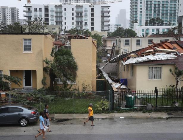 Ventos arrancaram telhado da casa de Durhart (casa da esquerda)