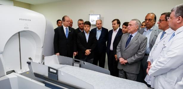 Ao lado de Rodrigo Maia e Pezão, Temer visita o Instituto Estadual do Cérebro, no Rio