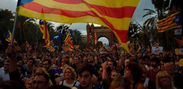 Manifestação de nacionalistas catalães em favor da separação com a Espanha