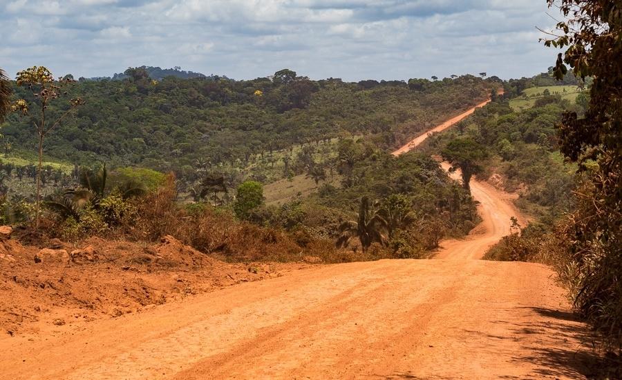 A rodovia Transamazônica acompanha o perímetro norte da terra indígena Cachoeira Seca (PA). Dela saem os ramais que invadem o território indígena