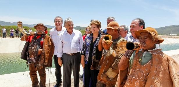 Foto de 2013 mostra o ex-governador Teotônio Vilela Filho (PSDB) entre o senador Renan Calheiros (PMDB-AL) e a então presidente Dilma Rousseff (PT) em cerimônia de inauguração do primeiro trecho do Canal do Sertão Alagoano, em Água Branca (AL)