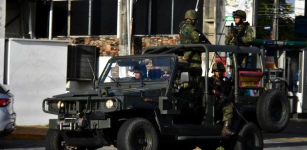 30.dez.2017 - Militares fazem patrulhamento nas ruas de Natal