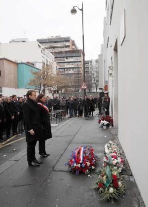 Emmanuel Macron e Anne Hidalgo prestam homenagem