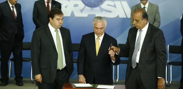 16.fev.2018 Presidente Michel Temer assina decreto de intervenção das Forças Armadas na segurança do Rio de Janeiro