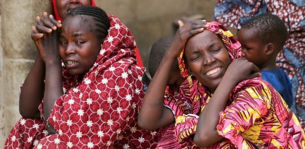 Parentes das meninas sequestradas em um colégio de Dapchi, no noroeste do Estado de Yobe, reagem às notícias
