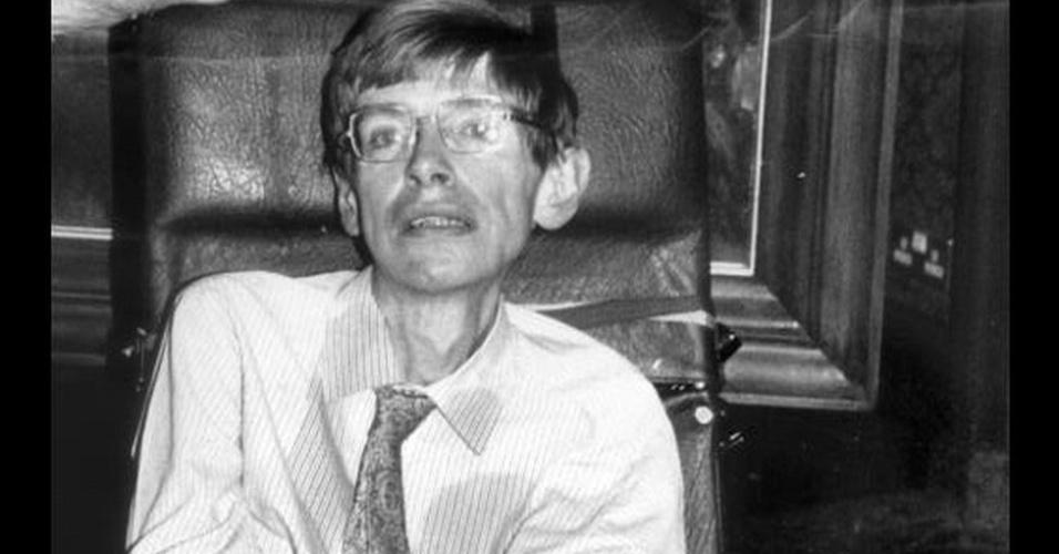 A medida que a doença evoluiu, Stephen Hawking passou a usar uma cadeira de rodas e a se comunicar por meio de um sintetizador de voz. Em 1988, foi alçado à fama ao lançar o livro 'Uma Breve História do Tempo', que vendeu 10 milhões de cópias e explica como é possível aplicar a lógica dos buracos negros a todo o Universo