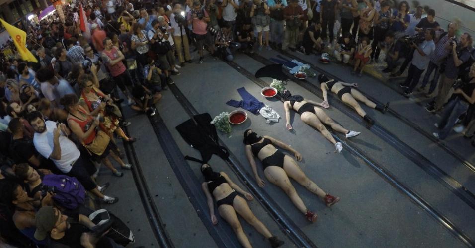 20.mar.2018 - Grupo de mulheres simula assassinato durante ato na Candelária, região central do Rio de Janeiro, em memória da vereadora Marielle Franco e do seu motorista Anderson Gomes, que foram mortos na última quarta-feira (14)