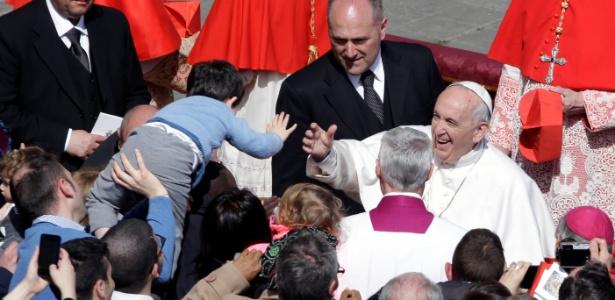 Papa Francisco cumprimenta fiéis na Praça de São Marcos, no Vaticano, após a missa e mensagem de Páscoa neste domingo (1)