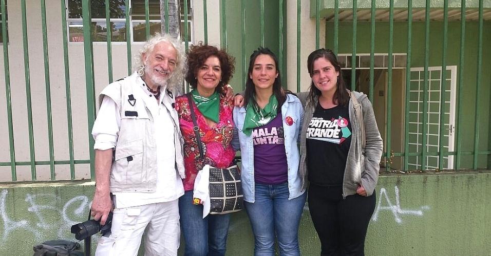 19.abr.2018 - Os argentinos Raúl Montenegro, Cecilia Merchán militante Sol de La Torre e Gisela Cernadas (da esq. para a dir.) estiveram em atos políticos realizados no acampamento dos manifestantes favoráveis a Lula