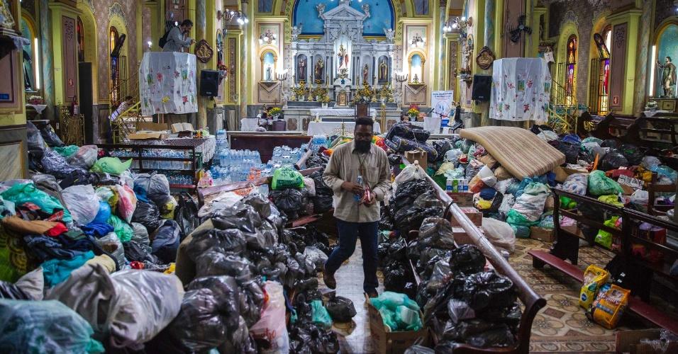 3.mai.2018 - A quantidade de doações para os desabrigados do edifício que desabou na terça (1º) foi tão grande que a Igreja Nossa Senhora do Rosário, vizinha ao prédio, fechou as portas para a entrega de mais alimentos e roupas, por falta de espaço