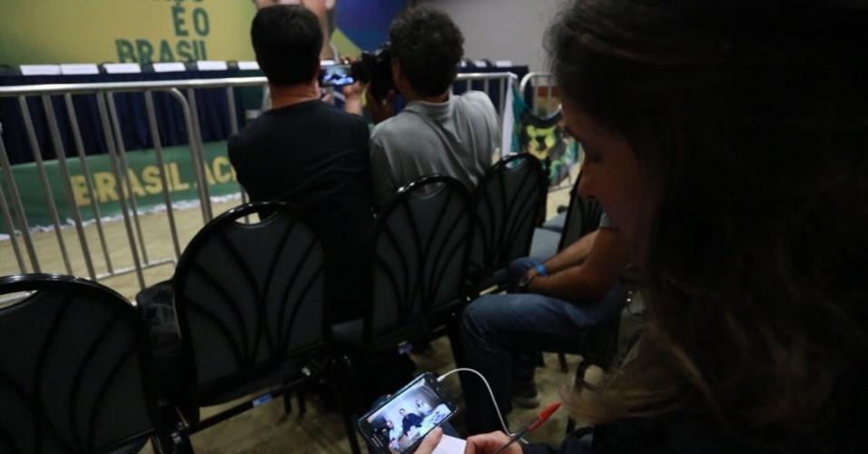 Jornalista assiste a transmissão ao vivo de Jair Bolsonaro na internet enquanto aguarda o presidenciável do PSL em hotel no Rio de Janeiro