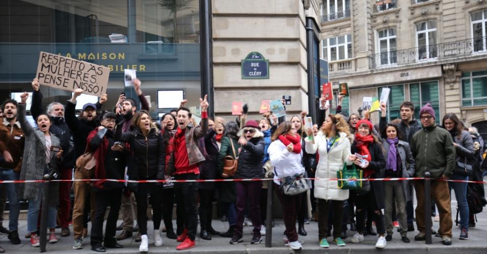 28.out.2018 - Eleitores brasileiros se preparam para votar na em espaço alugado pela embaixada do Brasil em Paris, na França