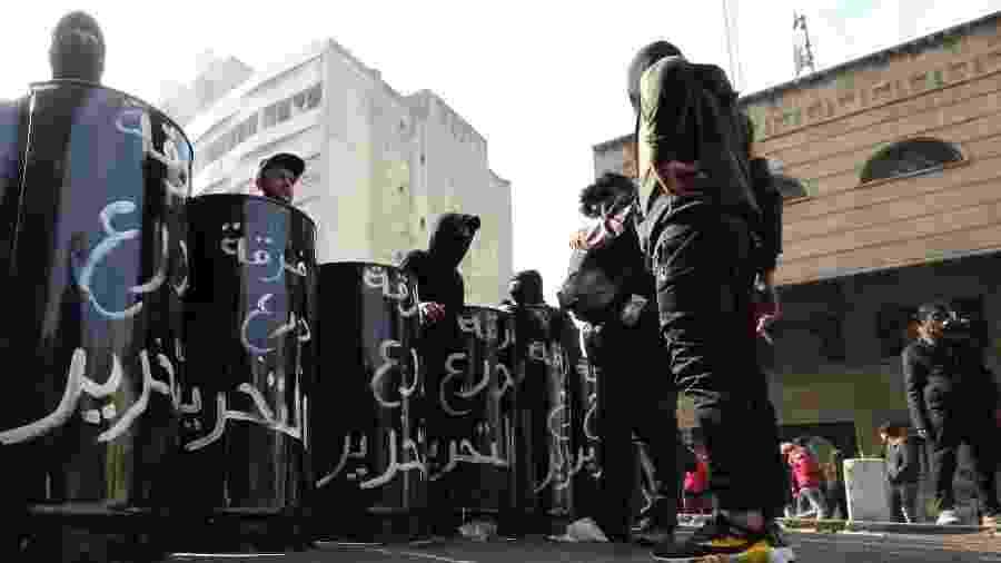 25.jan.2020 - Manifestantes antigovernamentais iraquianos se reúnem na ponte al-Sinek, em Bagdá - Sabah Arar/ AFP