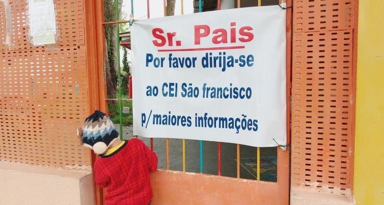 Criança tenta entrar na CEI Angelina, na periferia da zona sul da capital paulista - Arquivo pessoal