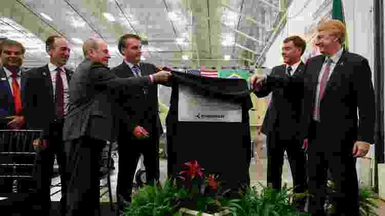 Nelsinho Trad (PSD-MS), 1º à esquerda, durante revelação de placa comemorativa da visita da comitiva presidencial à fábrica da Embraer, na Flórida - Alan Santos/PR - Alan Santos/PR