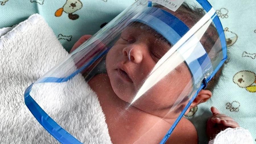 Recém-nascido usa máscara de proteção no Hospital Regional da Asa Norte, em Brasília - Divulgação