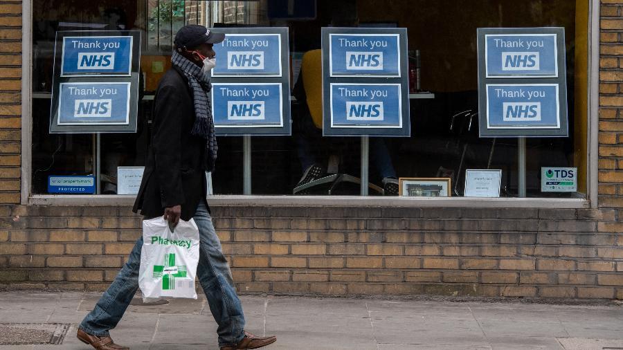 13.mai.2020 - Homem caminhando em Londres durante pandemia do novo coronavírus - Chris J Ratcliffe / Getty Images