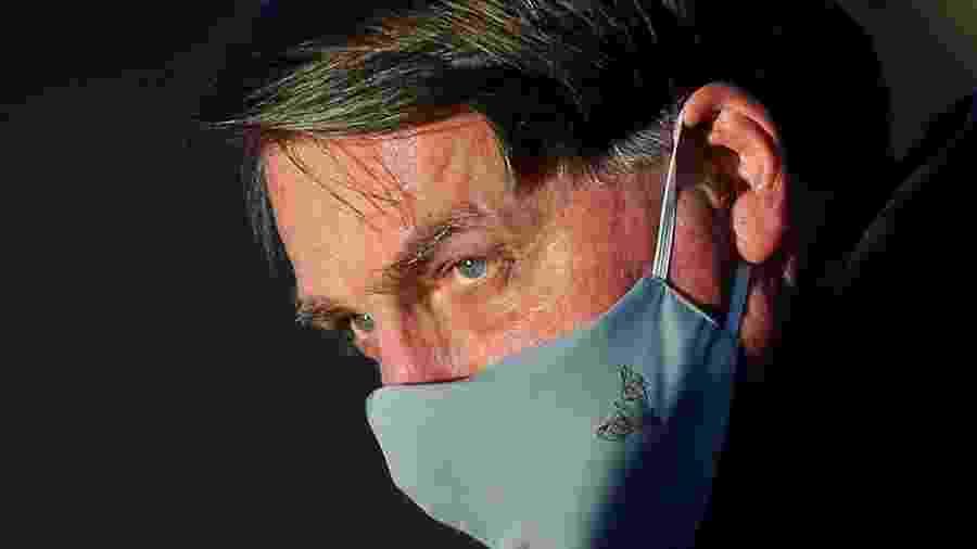 O presidente Jair Bolsonaro usa máscara em Brasília -