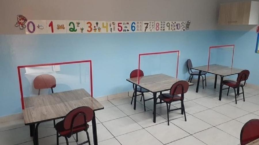 Escola particular de Manaus instalou divisórias de acrílico em mesas para atividade em dupla - Divulgação/Escola Meu Caminho