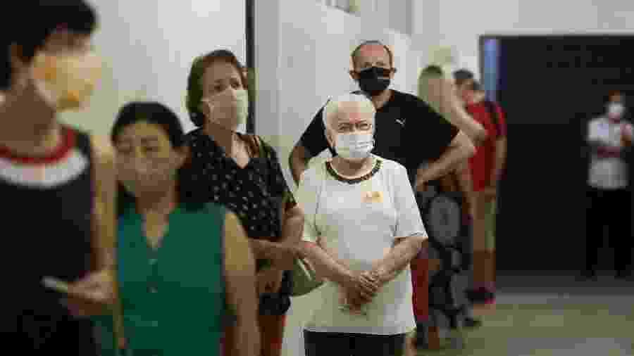 Luiza Erundina, candidata a vice-prefeita de São Paulo pelo PSOL, aguarda na fila para votar no bairro de Mirandópolis, na Zona Sul da capital - Annelize Tozetto