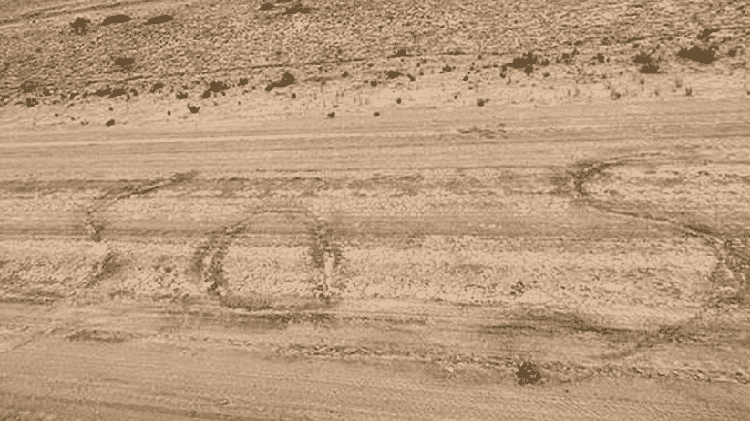 Pedido de socorro desenhado na areia pelo casal em apuros - Divulgação/Royal Flying Doctor Service - Divulgação/Royal Flying Doctor Service