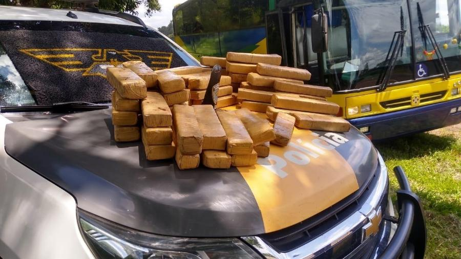 23.jan.2021 - Droga apreendida em ônibus de turismo em São Paulo é exibida no capô de viatura da Polícia Rodoviária Estadual - JOHNNY MORAIS/FUTURA PRESS/ESTADÃO CONTEÚDO