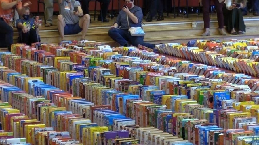Escola quebra recorde ao derubar 3.730 caixas de cereais - Reprodução/Facebook