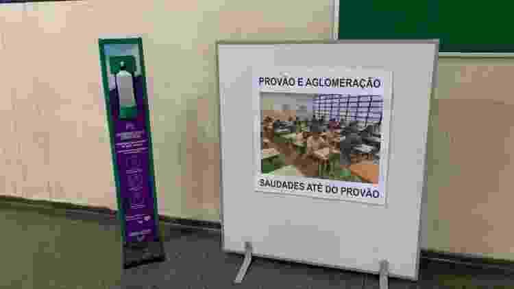 Cartaz na Escola Estadual Leopoldo Santana faz brincadeira com saudades de aglomerações - Ana Paula Bimbati/UOL - Ana Paula Bimbati/UOL