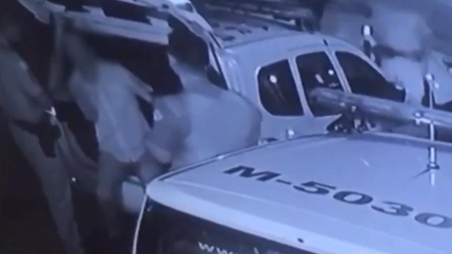 Imagens de câmeras de monitoramento mostram policiais cercando ambulante, que está na traseira de uma viatura - Polícia Militar de São Paulo