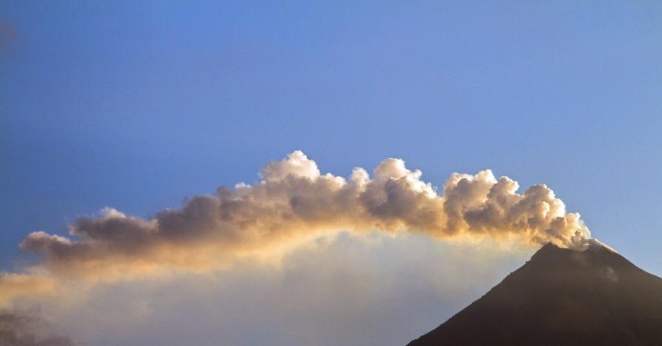 18.jul.2015 - Vulcão em atividade na comunidade de San Antonio, no Estado mexicano de Colima. Centenas de pessoas foram evacuadas dos vilarejos em um raio de 8 quilômetros