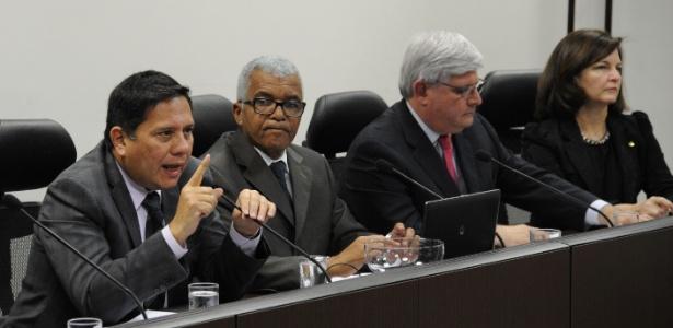 Raquel Dodge (d) fez questionamentos ao PGR Rodrigo Janot