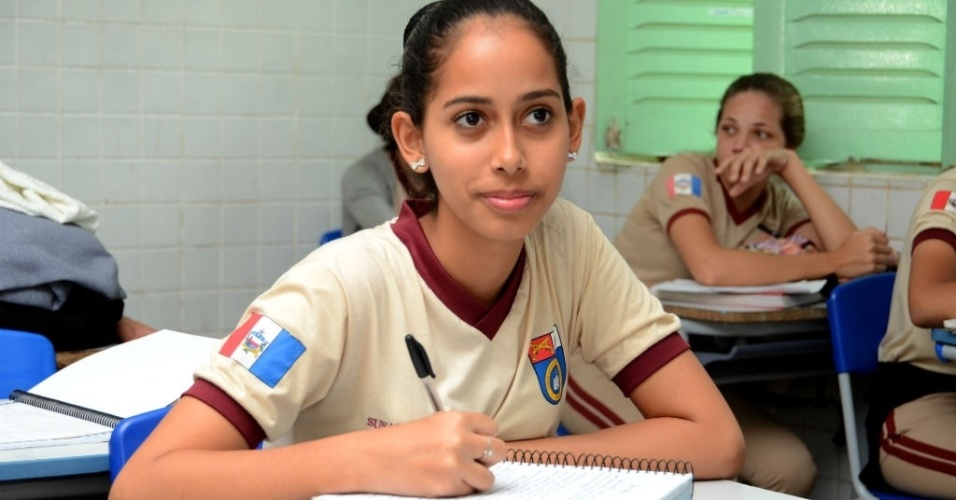 Susana Glória dos Santos, 17, é coronel da turma do 3º ano B; sistema meritocrático é implantado em sala de aula, na Escola Militar de Maceió