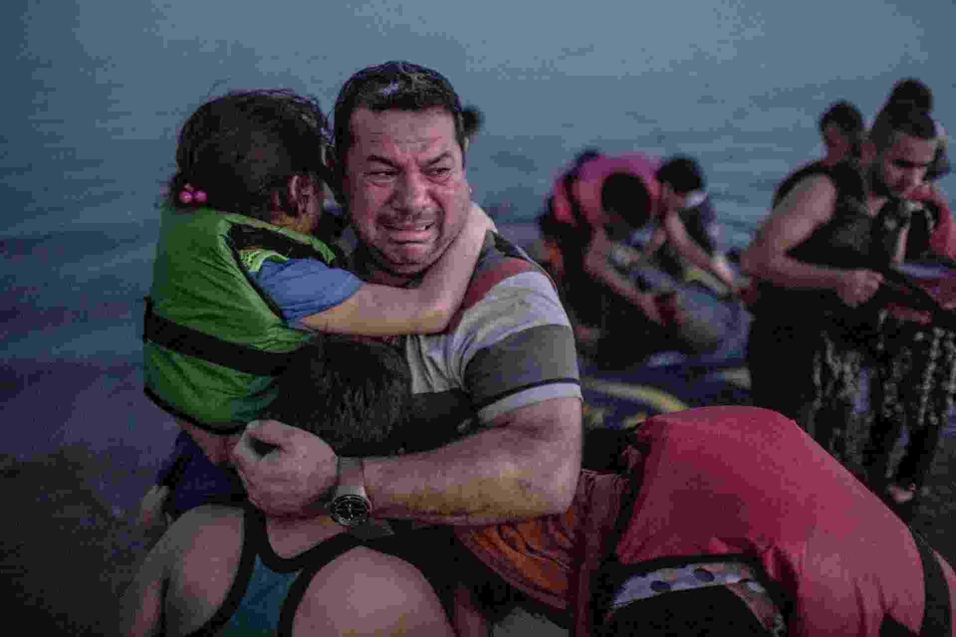 Família síria se abraça emocionada após desembarcar viva na ilha de Kos, na Grécia - Daniel Etter/The New York Times