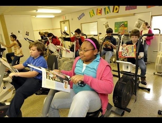 Na escola Ward Elementary, na Carolina do Norte, nos Estados Unidos, os alunos podem usar uma sala com bicicletas para se exercitar enquanto estudam. O projeto Read and Ride (Leia e Pedale, em português) começou há cinco anos e faz bem para o corpo e para a aprendizagem, isso porque quem participa do exercício melhora o seu desempenho em leitura. A ideia deu tão certo que outras escolas estão aderindo às pedaladas