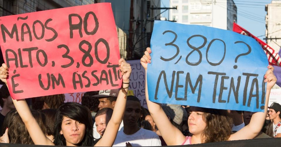 7.jan.2016 - Estudantes protestam contra o aumento no valor da tarifa do transporte público na cidade de Campinas (93 km de São Paulo). O valor está em R$ 3,80